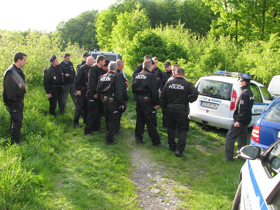 Policisté při zahájení pátrání po pohřešovaném muži.