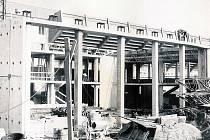 Pohled na rozestavěnou stavbu před pětatřiceti lety.