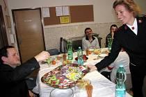 K svátečnímu stolu v Azylovém domě a noclehárně Armády spásy v ulici Na Spojce v Havířově zasedlo na Štědrý den kolem padesáti lidí, kteří ztratili střechu nad hlavou.