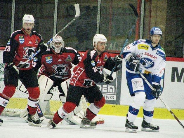 Panteři (červené dresy) v domácím prostředí podlehli Kometě Brno.