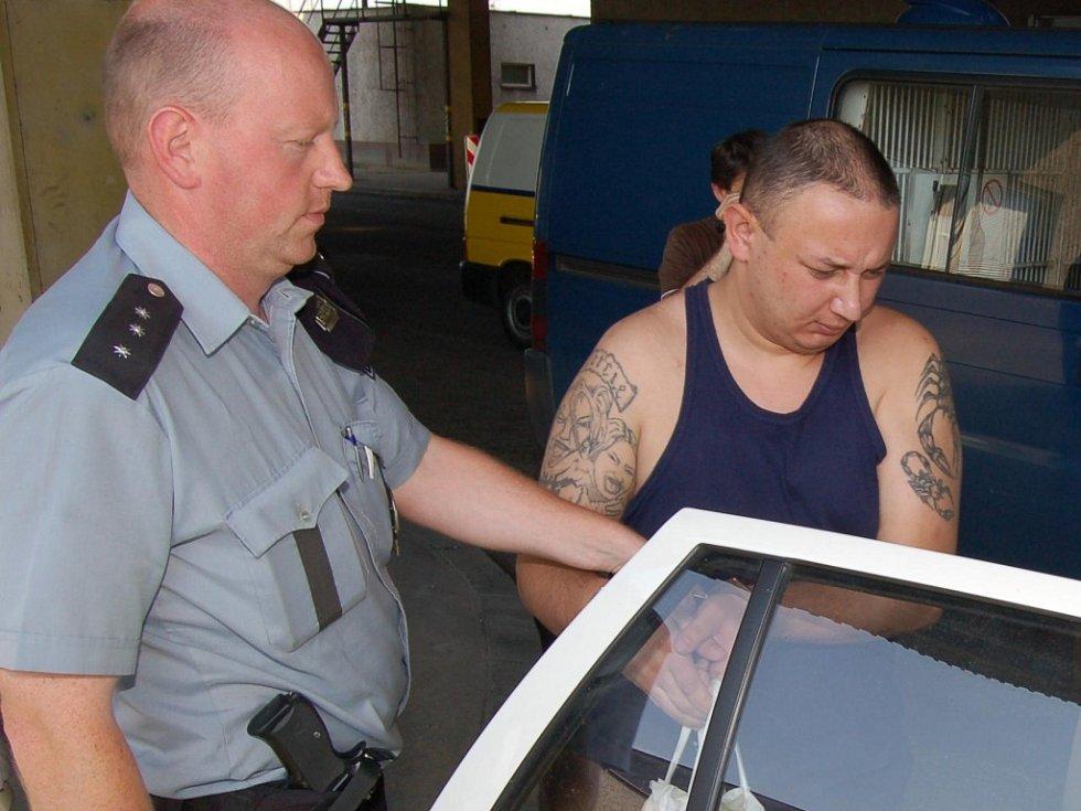 Martin Tipán v doprovodu policisty na česko-polském přechodu