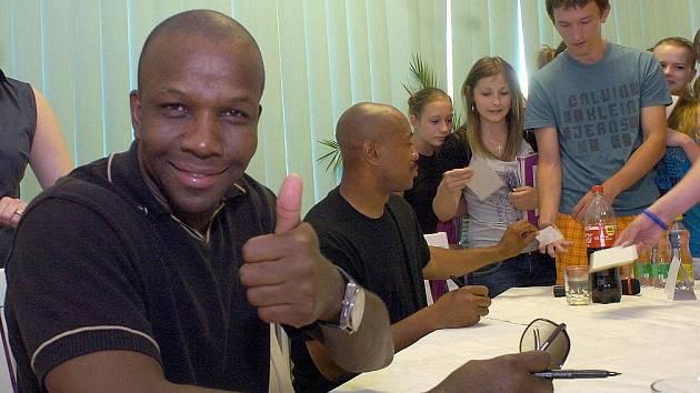 Základní školu Borovského v Karviné v pondělí navštívily atletické hvězdy, bývalí sprinteři Maurice Green a Donovan Bailey.