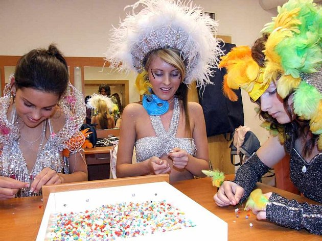 Před samotným finále musely dívky splnit  tajný úkol v podobě navlékání korálků.