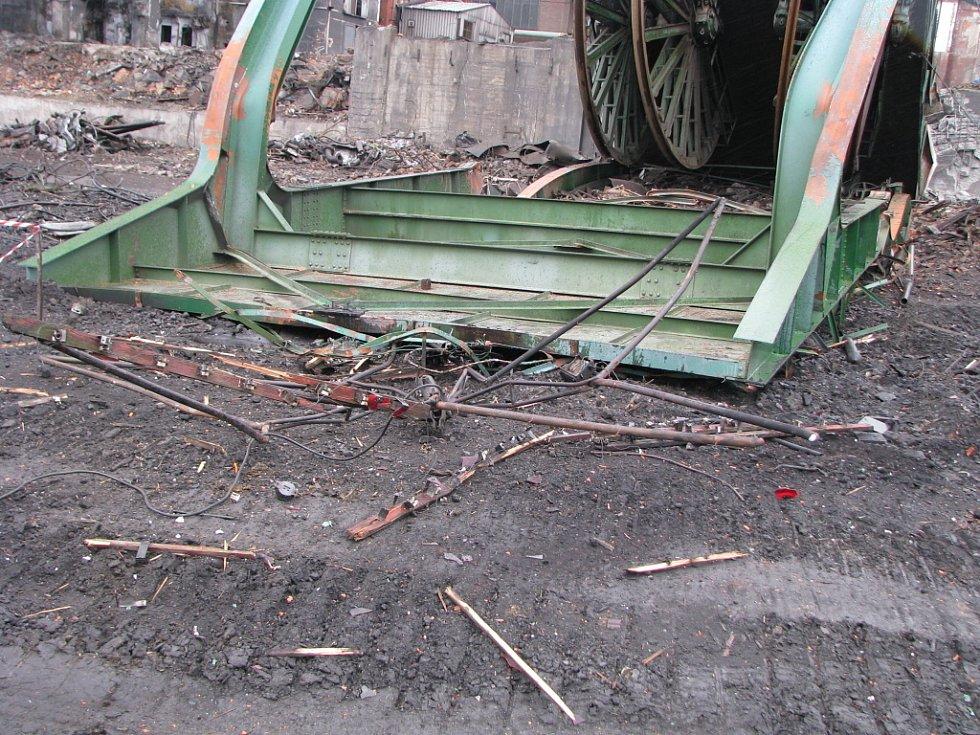 Při demolici věže byla zničena také rudá hvězda, která kdysi zářila do dáli.