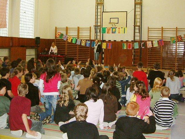 Žáci zazpívali na charitativním koncertě dopoledne svým spolužákům a odpoledne rodičům.
