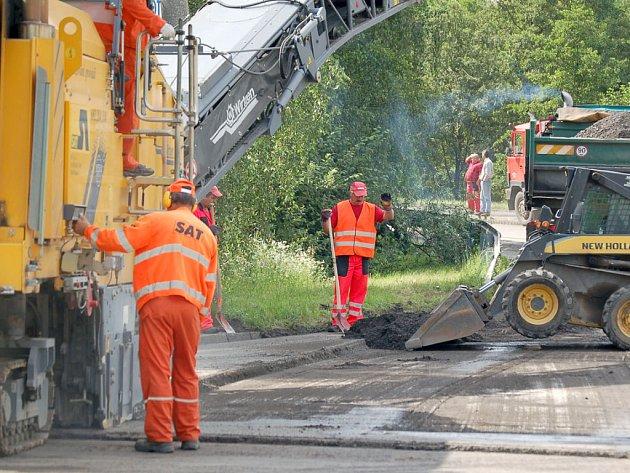 Silničáři při frézování asfaltu
