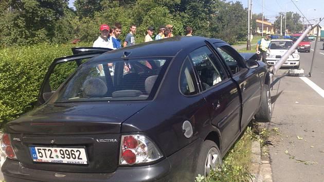 Havarovaný vůz, který porazil poštovní doručovatelku