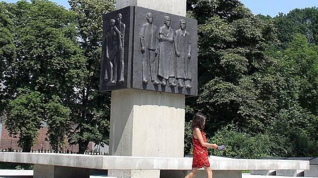 Památník obětí 2. sv. války v Českém Těšíně se dočkal obnovy. Restauroval jej syn samotného autora – Michal Mikula.