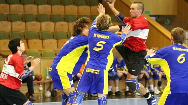 Adam Franek (s míčem) je právoplatným členem mládežnických týmů Baníku.