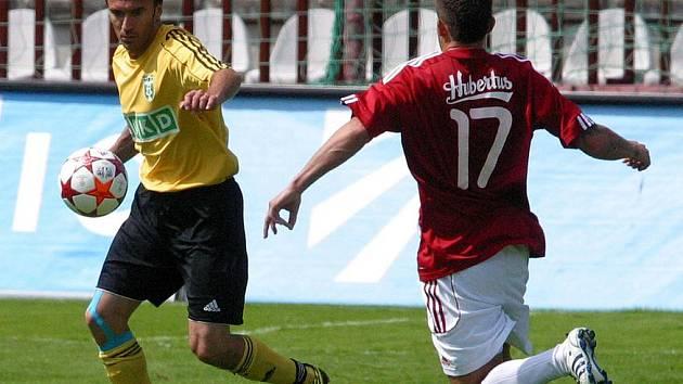 Marcel Pavlík (vlevo) odehrává míč před žižkovským Petrem Zapalačem.