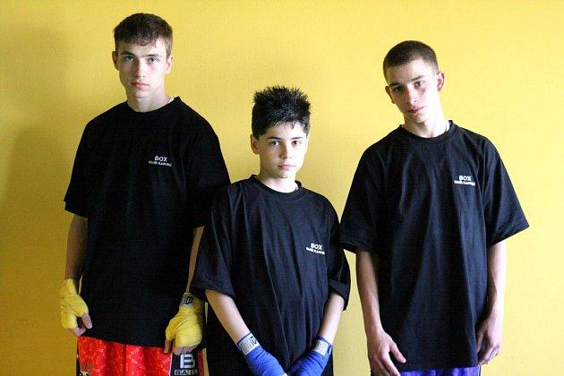 Karvinské boxerské naděje Tomáš Sojka (vlevo), Robin Ďatko (uprostřed) a Patrik Velký.