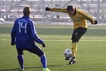 Druholigoví fotbalisté Karviné (ve žlutém) se rozešli v další přípravě smírně s Frýdkem-Místkem.