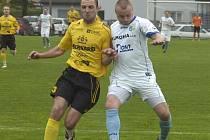 Pavel Šuster (vpravo) se postaral o vítězný gól do sítě Lískovce.