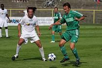 Fotbalisté Karviné (na snímku vpravo Marcel Pavlík) potřebují zapomenout na Most a porazit Hlučín.