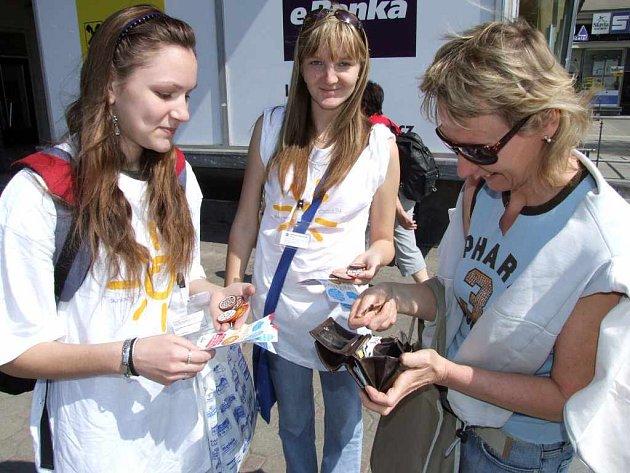 V centru města oslovovaly kolemjdoucí Monika Bobalová (vlevo) a Veronika Bahounková.