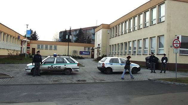 Policisté evakuovali objekt a do ukončení prohlídky do něj nikoho nepouštěli.