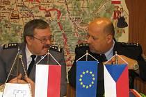 Fotografie připomíná uzavření dohody mezi českou a polskou stranou, které umožnilo, aby česká a polská policie zahájily společné hlídky v pohraničí. a tedy i v Českém Těšíně