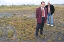 Šéf důlních škod Dolu Darkov Roman Adamiec (v popředí) a náměstek karvinského primátora Dalibor Závacký stojí v místech budoucího golfového hřiště.