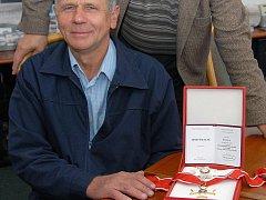 Alois Adamecki s vyznamenáním, které od polského prezidenta dostal in memoriam jeho strýc Bernard.