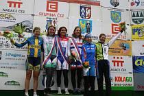 Bodovaná místa z poslední etapy. Třetí zleva vítězka Gracie Marianne Vos.