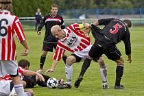 Orlovští fotbalisté (tmavé dresy) podlehli v rámci poháru v Dolním Benešově 0:1.