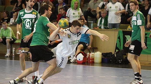 Zápas Karviná (v bílém) - Zubří skončil 25:25.