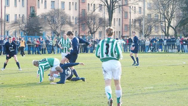 Karvinští fotbalisté (zelenobílé dresy) porazili doma dalšího silného soupeře. Na ilustračním snímku je duel s Frýdkem.