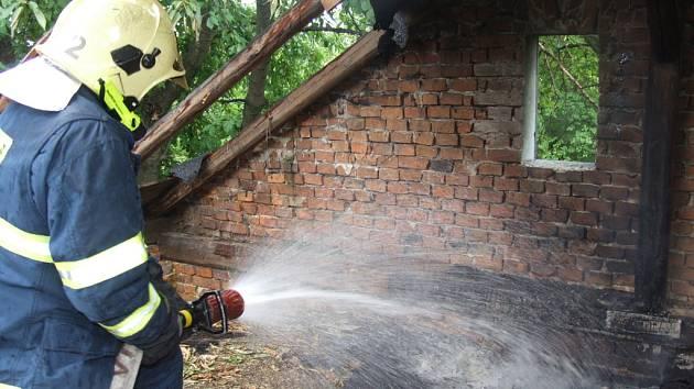 V Havířově hořelo ve staré ruině, kterou obývají bezdomovci, hasiči oheň uhasili proudem vody