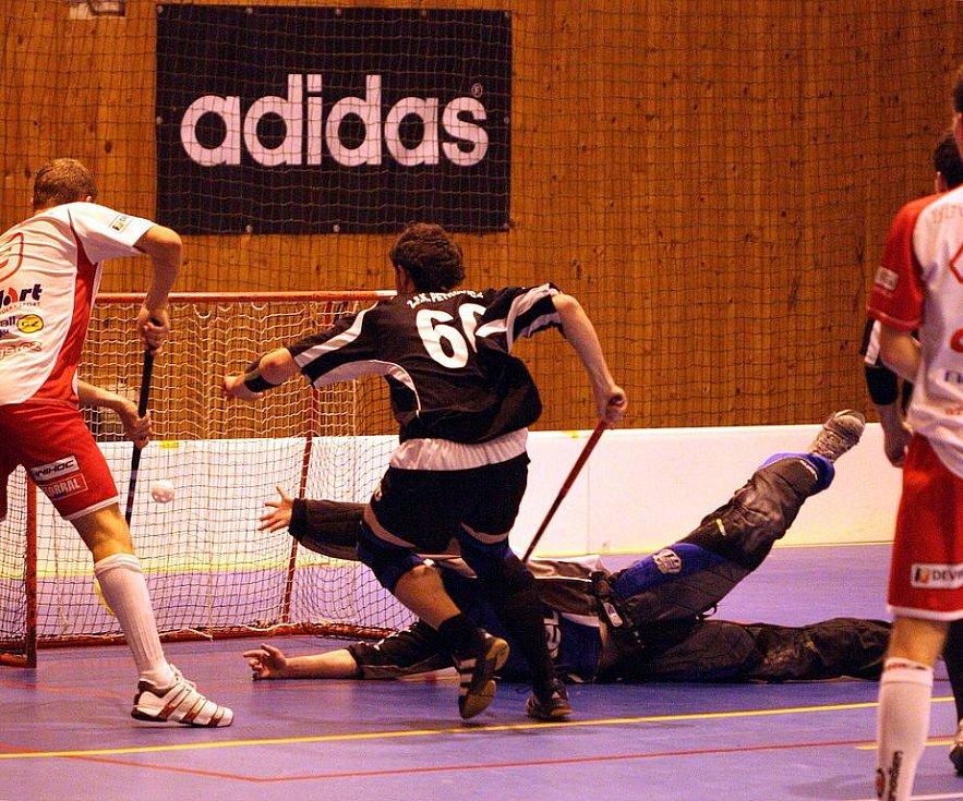 Petrovičtí florbalisté (v černém) se představili na domácím turnaji.