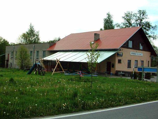 O tomto stavení se teď jedná v Těrlicku. V popředí je restaurace, vzadu na ní navazuje sál.