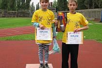 Na fotce je úspěšné duo karvinských dětí z atletického oddílu Jäkl. Eliška Marszalek (vlevo) a David Staněk po vyhlášení vítězů.