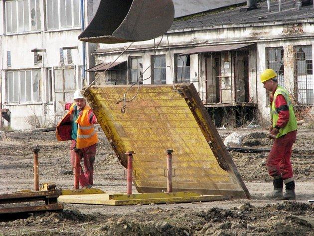 Přípravné stavební práce v průmyslové zóně v areálu bývalého Dolu František.