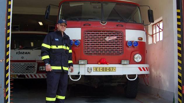 Dobrovolný hasič Jaromír Wronka v novém pracovním oděvu.