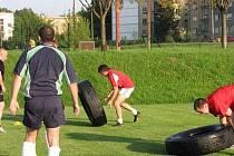 Ragbisté Havířova se při tréninku na novou sezonu neobejdou bez pneumatik.