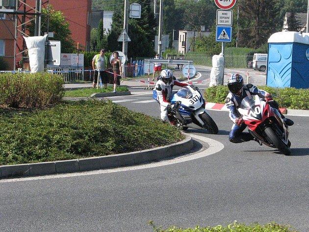 Irský jezdec Adrian McFarland na stroji 307 při dopoledním tréninku při projíždění rondelu, na kterém se odpoledne smrtelně zranil.