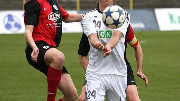 Pavel Vrána (v bílém) v tuto chvíli jako by předváděl spíše volejbalový zákrok, ale fotbalové kvality posila z Dukly rozhodně má.