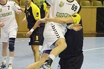 Krzystof Lyźwa (v bílém) byl v Plzni nejlepším střelcem svého týmu, který ale prohrál.