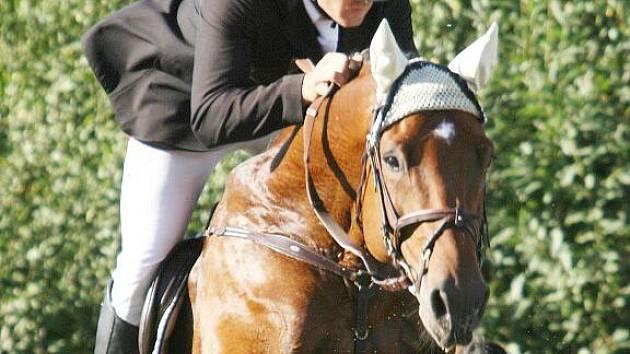 Vítězný jezdec Velké ceny Italpe Tomáš Bajnar na koni Landjunker z JK Baník Ostrava.
