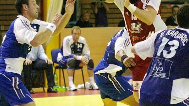 Pavel Horák (v červeném) bude teď svým spoluhráčům v reprezentaci na nějakou dobu chybět.