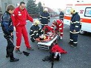 V této chvíli ještě zdravotníci nevěděli, jak rozsáhlá zranění si motorkář způsobil.