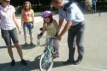 Děti z příměstského tábora v Karviné, o který je velký zájem, probíraly s policisty zásady bezpečné jízdy na kole.