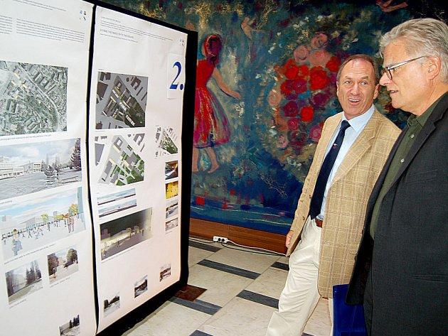 Debatu nad možnou podobou nového náměstí v Orlové–Lutyni spolu na vernisáži výstavy architektonických návrhů vedli švýcarský starosta Martin Graf (vlevo) a profesor Max Boosshard.