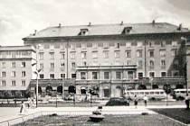 Pohled na Společenský dům Lučina kolem roku 1960 od kina Radost.