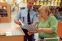 Policiejní mluvčí Jaroslav Kus na snímku vlevo v diskuzi s jednou z oslovených zákaznic