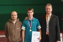 Jakub společně se svým otcem Pavlem Hadravou (vpravo) a trenérem Lukášem Malíkem.
