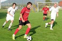 Jiří Kroužek z Dětmarovic (s míčem) se šine k janovické bráně. Ke gólu to nevedlo, i když jednu šanci měl.