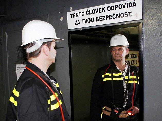 Bezpečnostní zrcadlo připomíná zásady bezpečné práce každému horníkovi před sfáráním do dolu.