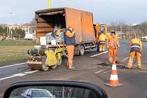 Oprava asfaltu na velkém rondelu v Havířově