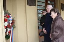 Představitelé města Karviná uctili se ve středu výročí 17. listopadu 1989 a spolu s členy Konfederace politických věznů položili věnce k bustě připomínající oběti komunistického režimu