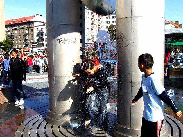 Snad žádné jiné umělecké dílo v Havířově nepobavilo a nepobouřilo obyvatele města tolik, jako to, co zkrášluje náměstí Republiky. Dětem se nejvíce líbí vodní pramen.